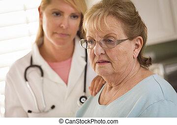 femme, consolé, docteur, être, adulte aîné, femme, infirmière, ou