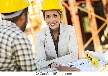 femme, construction, architecte, ouvrier
