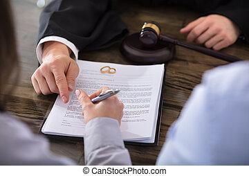 femme, contrat signant