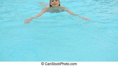femme, contre, bord, blonds, penchant, piscine