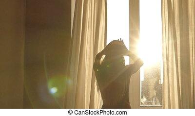 femme, contre, haut, réveille, fenêtre, silhouette