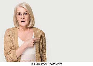 femme, copyspace, pointage, regarder, appareil photo, doigt, personne agee, stupéfié