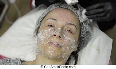 femme, cosmetologist, faire, salon, ultrasonique, clinique beauté, nettoyage, figure