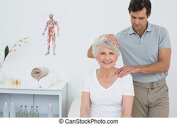 femme, cou, obtenir, fait, personne agee, ajustement