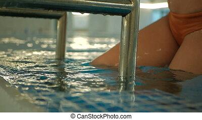 femme, coup, échelle, métal, jeune, swimwear, mouvement, lent, sortie, séduisant, orange, caucasien, piscine, natation