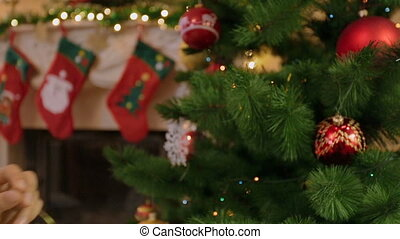 femme, coup, babioles, arbre, jeune, closeup, décorer, noël