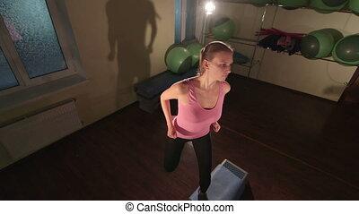 femme, coup, crise, club, haut-angle, aérobic étape, exercice forme physique
