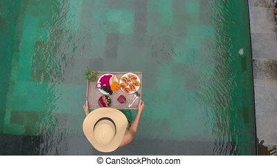 femme, coup, touriste, elle, personnel, jeune, privé, propre, flotter, table, aérien, a, petit déjeuner, piscine, natation