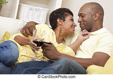 femme, &, couple, américain, homme, africaine, boire, heureux, vin