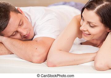 femme, couple, bed., lit, jeune regarder, agréable, mensonge, homme