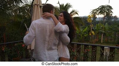 femme, couple, jeune, rotation, terrasse, dehors, baisers, heureux, coucher soleil, homme