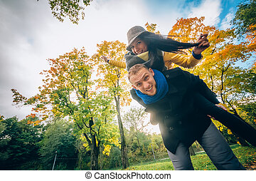 femme, couple, liberté, concept., arbres, leaves., jaune, avoir, automne, park., rire, amusement, heureux, outdoor., homme