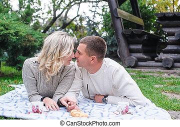 femme, couple, parc, jeune, baisers, homme