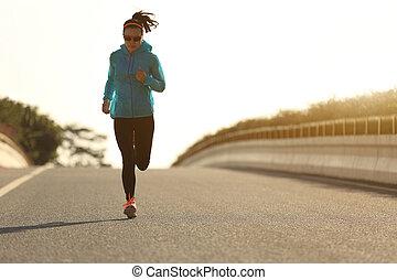 femme, coureur, jeune, courant, levers de soleil, fitness, route