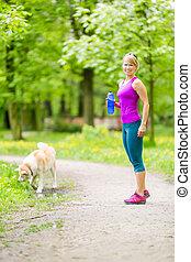 femme, coureur, marche, à, chien, dans, été, parc