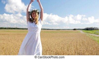 femme, couronne, jeune, champ, fleur, céréale, heureux