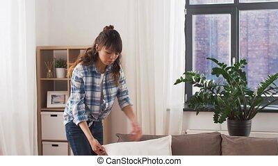 femme, coussins, sofa, asiatique, arrangement, maison