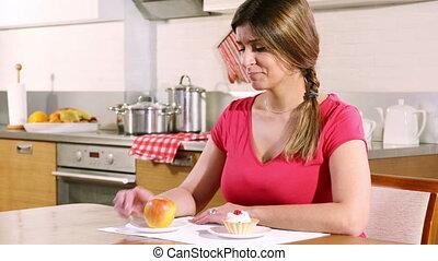 femme, crème, pomme, chooses, jeune, entre, gâteau