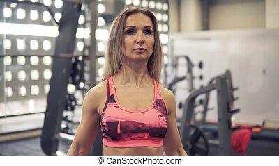 femme, crise, séance entraînement, jeune, gymnase, exercice