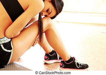 femme, crise, séance, gymnase, fatigué, jeune, plancher, portrait