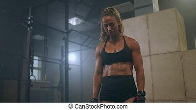 femme, croix, après, sweat., transpirer, respiration, exhaustion., lourdement, training., fatigue, fort, récupérer, gouttes