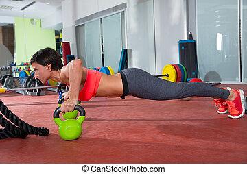 femme, crossfit, direct, kettlebells, fitness, poussée, augmente, exercice