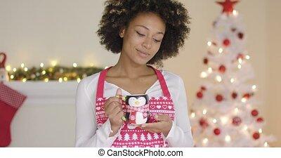 femme, cuisson, prendre, jeune, coupure, sourire