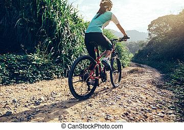 femme, cycliste, monte vélo, sur, a, nature, piste, dans, les, mountains.people, vivant, a, manière vivre saine
