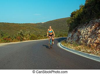 femme, cycliste, monte vélo, sur, a, route montagne