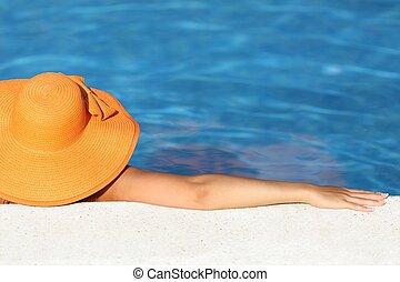 femme, décontracté, vacances, chapeau, baigner, image, piscine, apprécier