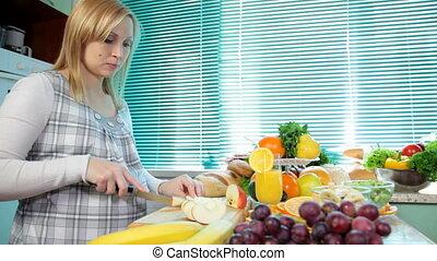 femme, découpage, pomme