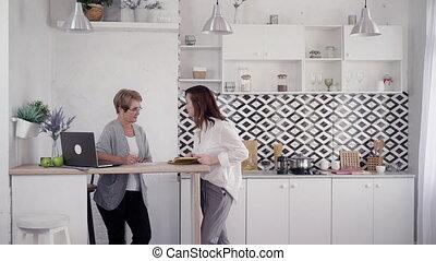 femme, dépenser, deux, gratuite, conversation, kitche, adulte, temps, maison