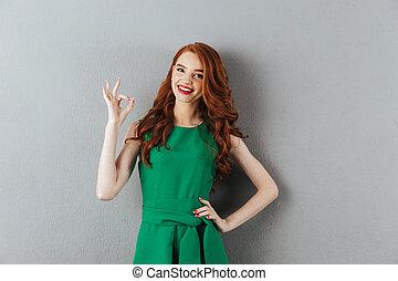 femme, d'accord, projection, jeune, gesture., vert, roux, robe, heureux