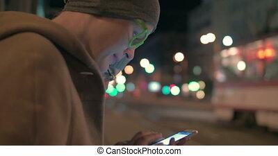 femme, dactylographie, dans, smartphone, sur, les, arrêt autobus