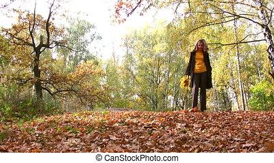femme, dans, automne, parc, marche