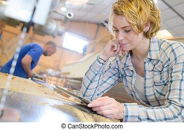 femme, dans, entrepôt, vérification, produits