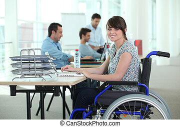 femme, dans, fauteuil roulant, à, ordinateur portatif