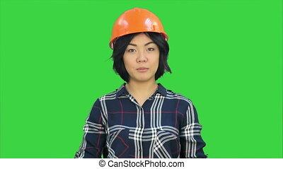 femme debout, chroma, écran, conversation, appareil photo, clef verte, ingénieur