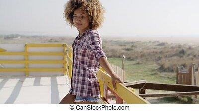 femme, dehors, américain, africaine, sourire heureux