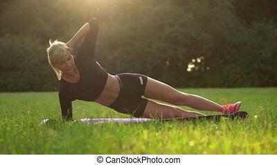 femme, dehors, jeune, couché, muscles, trains, presse