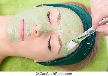 femme, demande, beauté, face., masque, facial, cosmetician, salon.