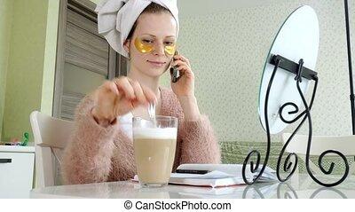 femme, demande, business, conversation, cosmétique, taches, téléphone, séduisant, facial, maison