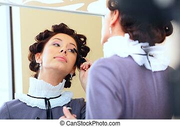 femme, demande, jeune regarder, mascara, miroir