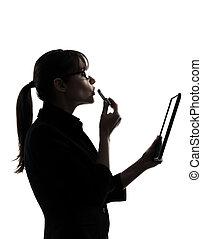femme, demande, tablette, business, calculer, isolé, une, informatique, studio, fond, numérique, silhouette, caucasien blanc, rouge lèvres