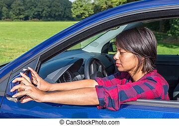 femme, derrière, volant, ajustement, miroir voiture