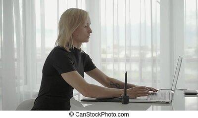 femme, dessine, fonctionnement, tablet., ordinateur portable, concepteur, graphiques, maison