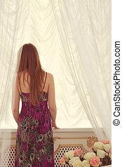 femme, devant, fenêtre