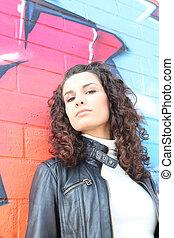 femme, devant, graffiti