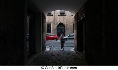 femme, devant, ruelle, sombre, entrer, va