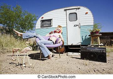 femme, devant, voyage, caravane
